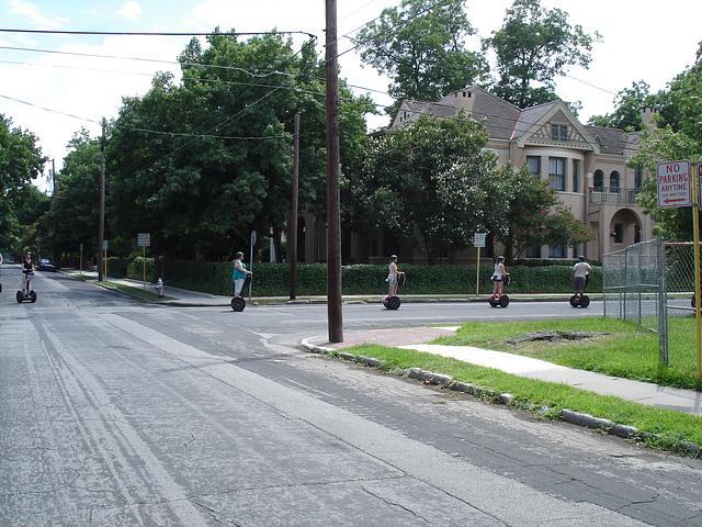 Wheeling tourists / Touristes sur roues - King Williams area / Le quartier King Williams - San Antonio, Texas. USA - 29 juin 2010.