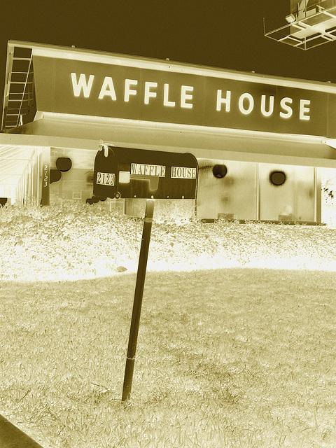 Waffle house mailbox /  Gaufrier postal - Bossiercity / Louisiane, USA - 7 juillet 2010 - Négatif RVB sepiatisé