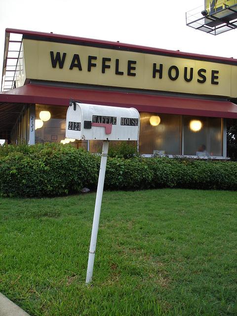 Waffle house mailbox /  Gaufrier postal - Bossiercity / Louisiane, USA - 7 juillet 2010