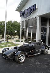 Vieille Triumph /  Concessionnaire Alamo - San Antonio, Texas. USA - 29 juin 2010