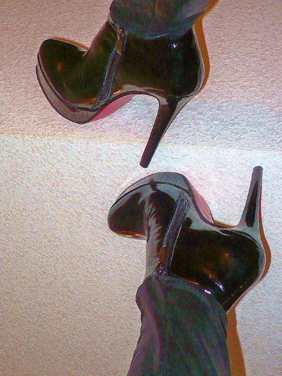 Lady Yerim avec / with permission / Bottes à talons hauts et pantalons longs / High-heeled boots and long pants - Photo originale