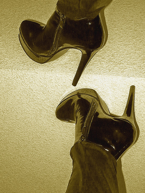 Lady Yerim avec / with permission / Bottes à talons hauts et pantalons longs / High-heeled boots and long pants - Sepia