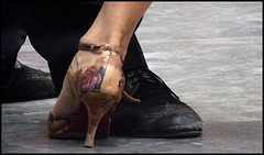 Le tango ca use les souliers....