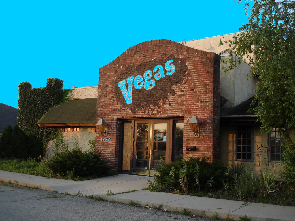 Végas désaffecté / Disused Vegas - Columbus, Ohio. USA - 25 juin 2010 - Ciel bleu photofiltré