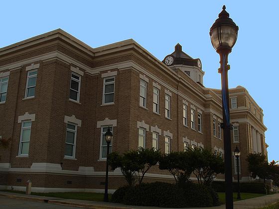 Morehovse- Parish 1914 / Bastrop, Louisiana. USA - 8 juillet 2010 - Ciel bleu phofiltré