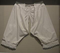 etwa 1800 -1900: Unterhose getragen unter langen Röcken