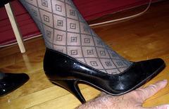 Lady Caliente de Montréal  / Hand trampling in black pumps - Écrasement de mains en escarpins noirs.