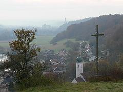 Blick vom Münchshofener Berg mit Gipfelkreuz