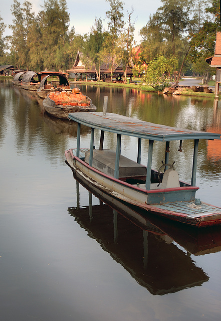 A tugboat pules the barges to the Floating Market