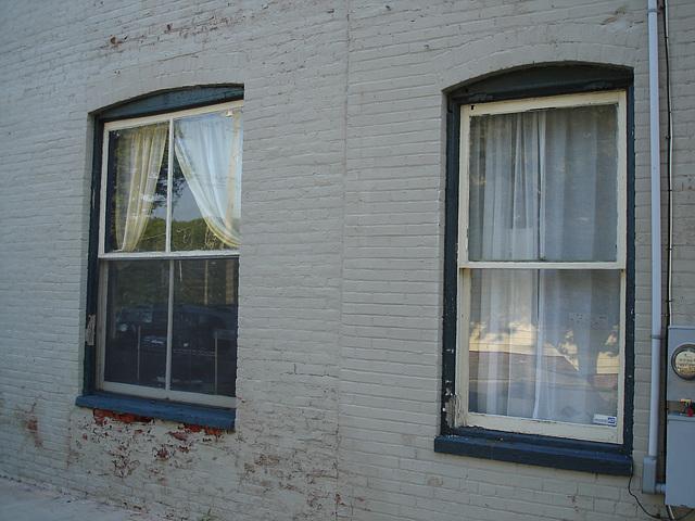 Old windows reflections / Reflets de fenêtres anciennes - Pocomoke, Maryland. USA - 18 juillet 2010.
