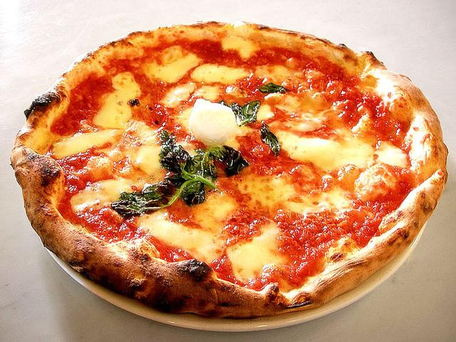 Pico Margherita: el ruĝaj tomatoj, blanka mocarela fromaĝo kaj verda bazilio (jen la koloroj de la nacia itala flago)