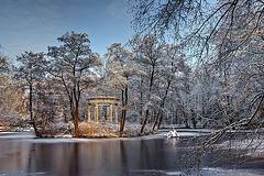 Pavillon im Wintersonnenlicht