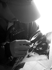 Arredondo revisando sus primer negativo estenopeico - Adrián Caldera