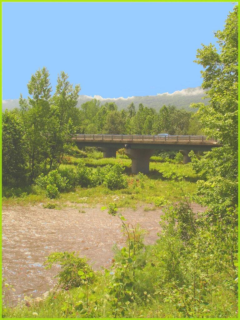 Pont et rivière / Bridge and river - Vermont, USA / Août 2008 - Ciel bleu photofiltré