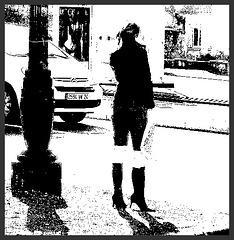 Lilette la pipelette / A street candid gift -  un cadeau de photo de la rue - - Queue de cheval et bottes à talons hauts / Ponytail with high-heeled boots  - Décembre 2008 - HC (High contrast) / Bichromie
