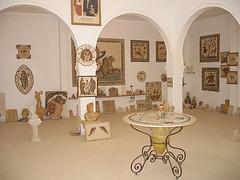 ekspozicio de bildoj, mozaikoj kaj plastaĵoj en la Muzeo de Guellala