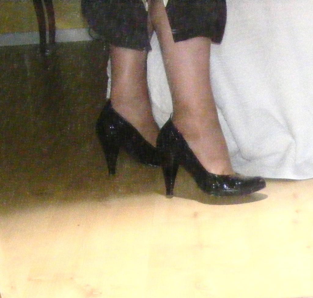 Christiane !!!  Escarpins et mollets sexy / Black pumps and sexy calves -  Photo originale avec permission / Original picture with permission.