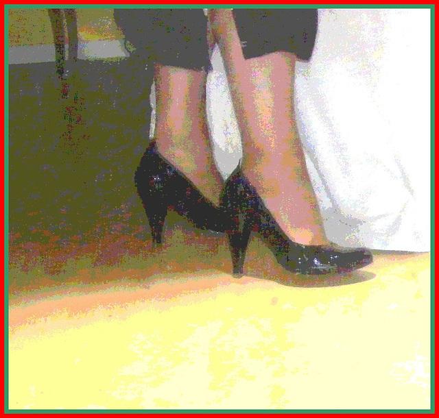 Christiane !!!  Escarpins et mollets sexy / Black pumps and sexy calves- Postérisation encadrée