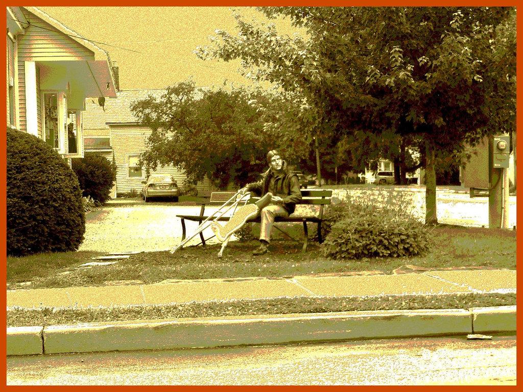 Mannequins à béquilles / Joyous dummy with crutches - Bennington, Vermont. USA - 6 août 2008 /   Sepia postérisé