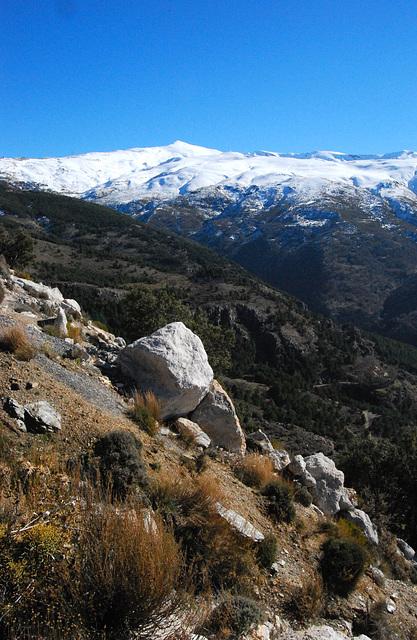 Detrás de este pico está el Mulhacén.