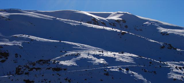 El sol brilla en la nieve