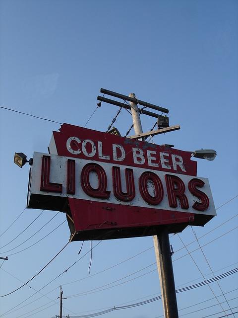 Cold beer Liquors sign /  New-Brunswick, New-Jersey. USA - 21 juillet 2010