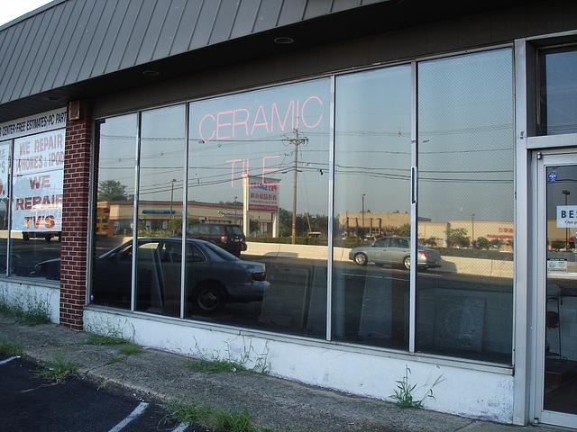 Ceramic tile shop window / Tuile de céramique réfléchissantes - New-Brunswick, New-Jersey. USA - 21 juillet 2010