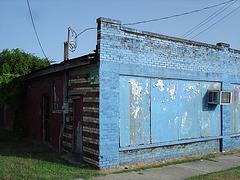 Railroad crossing blue palace / Palais bleu de chemin de fer