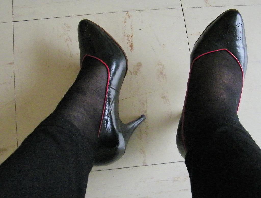 Lady Elido /  Fonteneau make elegant high heels shoes /  Superbes escarpins de marque Fonteneau - Avec / with permission.  18 novembre 2010.