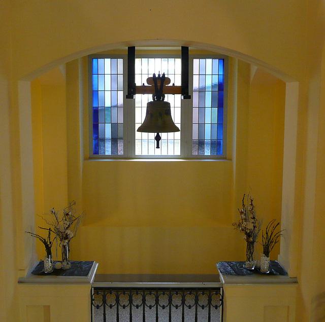 Heller Raum mit Glocke