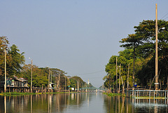 The straightaway Khlong Saen Saeb