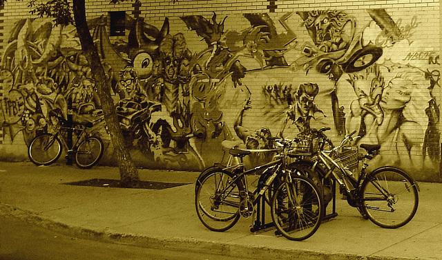 Nescanep graffitis & bikes / Graffitis Nescanepiens & vélos - Montréal, Québec. CANADA / 10 septembre 2010 - Recadrage sepia