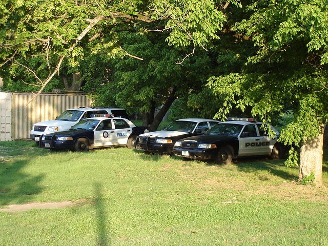 Resting police's cars / Voitures de police au repos - Jewett, Texas. USA. 6 juillet 2010.
