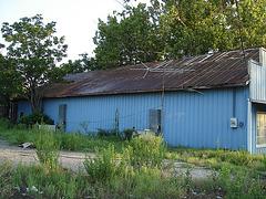 Hangar bleu / Blue shed - Jewett, Texas. USA / 6 juillet 2010.