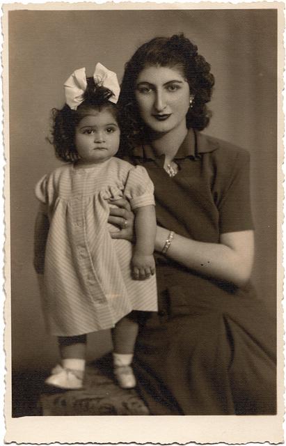 Merih K. mit Mutter / 1949