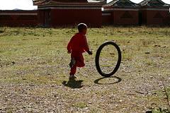 Enfant jouant dans le monastère