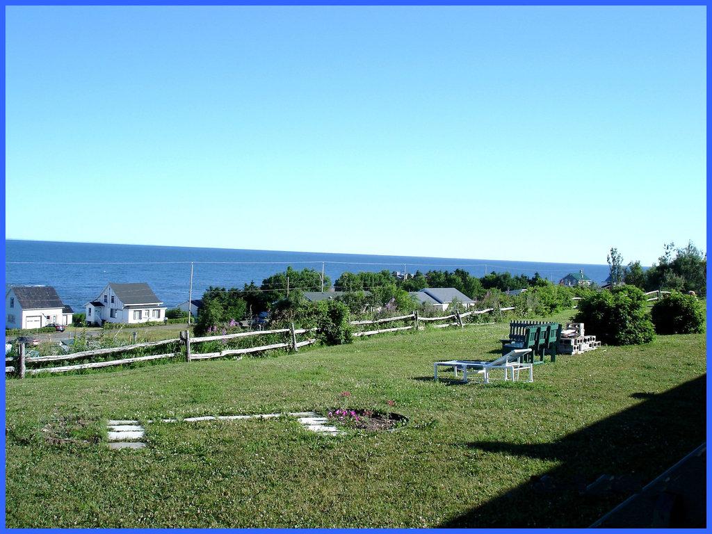 Cour du motel du pêcheur / Bas du fleuve- Entre Rimouski et Ste-Flavie - Québec - CANADA / 23 juillet 2005.