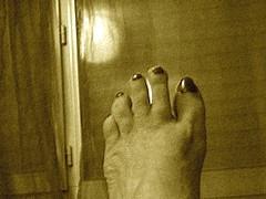 Lilette la Pipelette / Son pied ! Lilette's foot !  Cadeau podoérotique / Podoerotic gift - Sepia