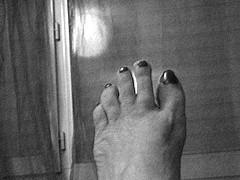 Lilette la Pipelette / Son pied ! Lilette's foot !  Cadeau podoérotique / Podoerotic gift -B & W / N & B