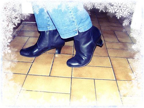 Bottes courtes à talons hauts avec jeans sur parquet de tuiles- Short high-heeled Boots on tiles fl (2)