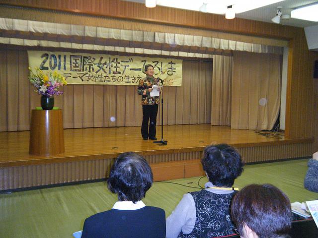 Taeko Osioka parolas pri mesaĝoj / Taeko Osioka parle des messages
