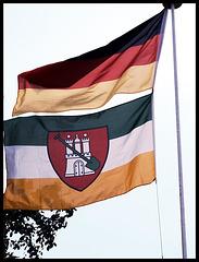 Deutschlandflagge und Hamburger Gartenflagge