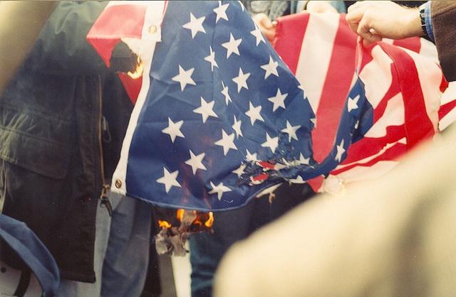 BurnFlag2.DontBombIraq.WhiteHouse.WDC.21February1998