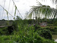 der Weg ins Dorf über den Fluss