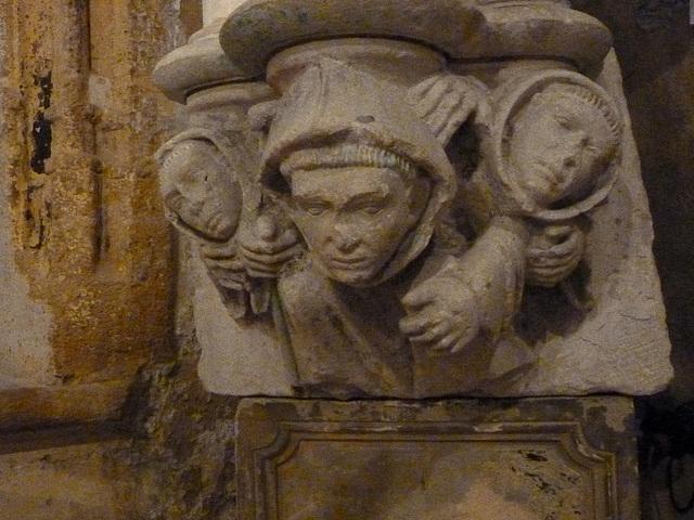 Sculpture d'un ancien chapiteau