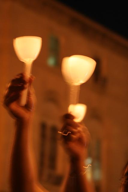 02.CandleVigil.Raise.NLEOM.EStreet.WDC.13May2009