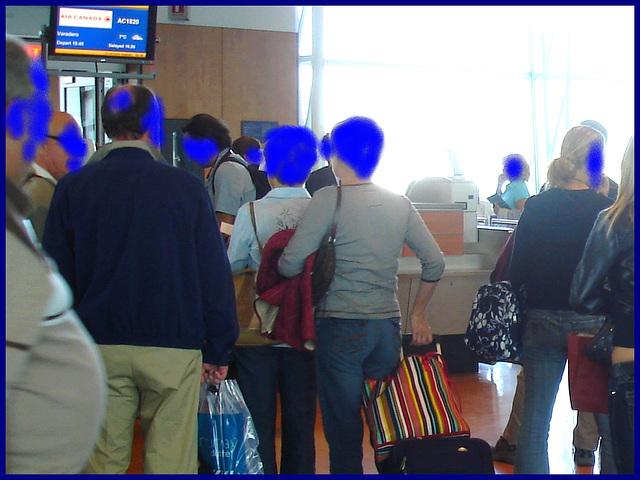 Big potbelly and mature bum -  Grosse bédaine et fesses mature - PET  Montreal airport. 18/10/2008 - Cabezas azul /Anonymous blue heads / Têtes anonymes en bleu.