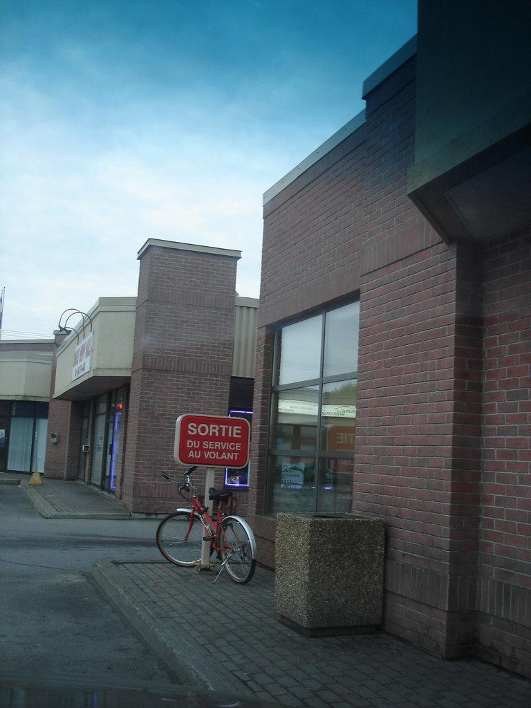 Vélo Tim Horton' bike  / Dorion, Québec. CANADA /  31 mai 2011  - Photo originale.