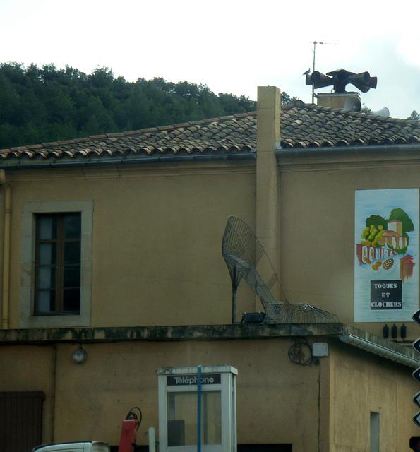 Toques et clochers avec escarpin géant en prime / Gigantic high heel shoe /  Couiza, France. 5 avril 2011