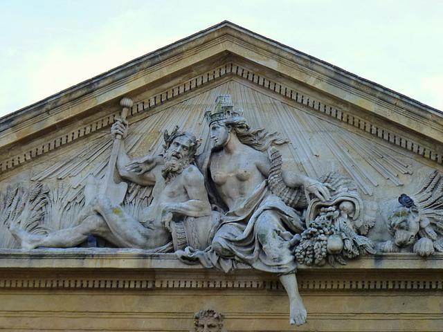 Fronton sculpté - Le Rhône et la Durance